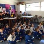 Alumnos de Bachillerato enseñan a niños de Primero de Escuela